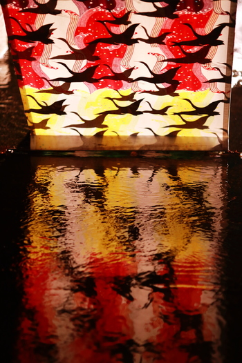堀川会場には「友禅流し」をイメージした演出があり、彩り豊かに染められた友禅染めとライトアップによって、幻想的な世界が作り出されています。