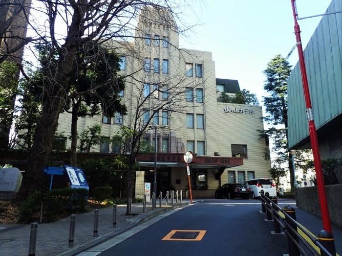 お茶の水駅からすぐの高台に立地。川端康成や三島由紀夫がカンヅメになって執筆したことで知られる「山の上ホテル」の地階に。