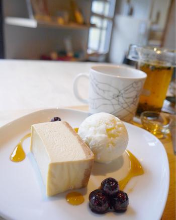 スイーツメニューも人気です。こちらは、しっとり濃厚なクリームチーズケーキ。ロレーヌ岩塩のアイスクリームの塩気との相性も抜群です。