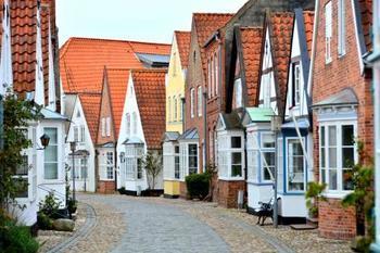瓦屋根の愛らしい家が並ぶ通りもあります。石畳の小路の雰囲気とあいまって、素敵な雰囲気。