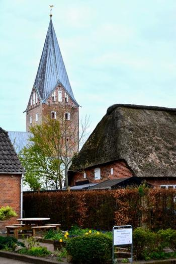 トゥナーは、家具デザイナー・ハンスJ.ウェグナーの故郷。ドイツとの国境近くにあって、茅葺きの家が数多く残っている、個性的な町並みを楽しむことができる町です。
