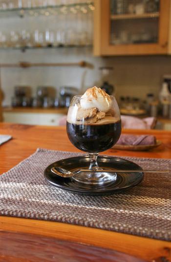 コーヒーゼリーと一緒にコーヒーアイスも楽しめるひと品。生クリームとシナモンがアクセントになっています。早めに売り切れてしまうこともあるので、注文できればラッキー!