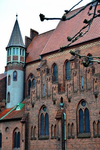 聖アルバニ教会。外壁の装飾や色彩は、まるで童話の世界から抜け出したかのよう。