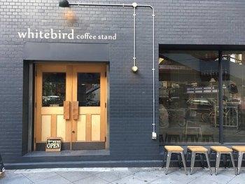 東梅田駅から徒歩3分の場所にあるホワイトバード コーヒー スタンド。一見するとバーのようなシックなカフェは、都会的なムードたっぷりです。