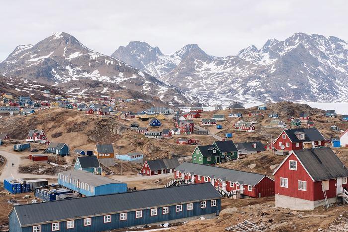 ■地理 ユトランド半島と407の島々、グリーンランド、フェロー諸島 国土のほとんどは平地  ■気候 温暖で雨の多い冬と、涼しい夏が特徴 冬は昼が短く、日の出が8:45、日の入りが15:45 夏は昼が長く、日の出が4:30、日の入りが22:00  ■グリーンランド 東グリーンランドは迫力のある山々と氷河がある。南グリーンランドは比較的穏やかな気候で緑の多い景色が広がる。  ■フェロー諸島 ノルウェー海と北大西洋に挟まれた18の島からなる群島。特に農村部の住民のあいだで伝統文化が残っていて、物語詩にのせたチェーンダンス(輪になって踊るダンス)は、現在も受け継がれている。