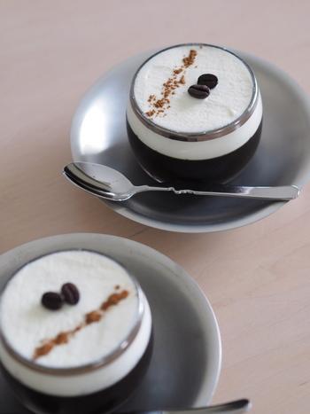 コーヒーゼリーは、豆の選び方、甘さのさじ加減、クリームとのバランスなどで、まったく雰囲気が変わります。今回ご紹介するのは、珈琲店やコーヒーが美味しいカフェならではのこだわりが詰まったものばかり。夏の食後は、特別なコーヒーゼリーで涼んでみませんか。