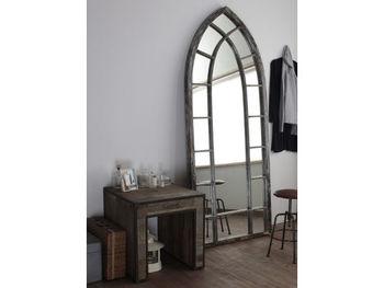 古材をリメイクして作られている姿見鏡。古材独特のツヤのない質感や、やや灰色がかった色味が、ヴィンテージ感を醸し出しています。