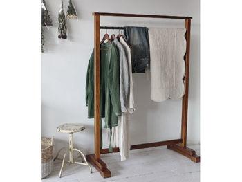 レッドブラウンの味のある古材を用いたハンガーラック。 古着やヴィンテージデザインのお洋服をかけておけば、お部屋の主役となるような素敵なインテリアに◎