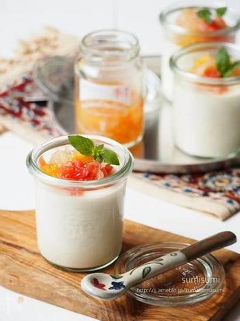豆花(トウファ)と呼ばれる豆乳で作られる台湾スイーツは、柔らかいプリンのように柔らかく、喉越しもなめらかで女性に大人気!こちらも豆乳と生クリーム寒天、お砂糖があれば簡単に作れちゃいます。トッピングに旬のフルーツを添えたり、おしゃれなグラス容器に入れることで、より見た目も可愛らしくなっておもてなしにも◎