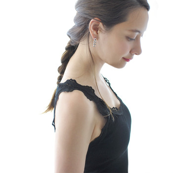 デコルテ部分はもちろん、肩回りのレースなど、ディテールのあしらいが綺麗なタンクトップであれば、透け感のある洋服を着る際にも◎