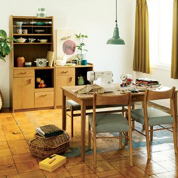 こちらは、すらっとした脚が魅力の北欧のヴィンテージスタイルのテーブル。上質な木の温もりが、部屋全体をおだやかな雰囲気にしてくれます。  家族との大切なコミュニケーションの場でもある食卓。こんな素敵なデザインなら、いっそう会話がはずみそう♪