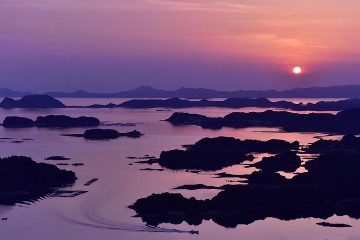 島を間近で見るクルージングもいいですが、島々を見渡すなら展望台へ。中でも石岳展望台は、映画「ラストサムライ」の冒頭のシーンに登場することでも有名なスポット。日本の夕日百選にも選ばれているので、夕暮れ時が特におすすめです。