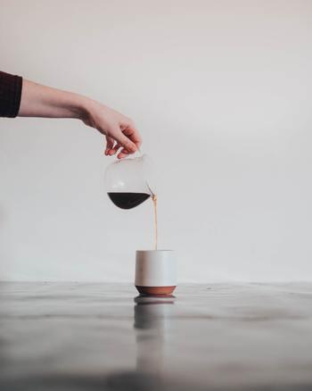 毎日職場や外出先でも美味しいコーヒーを飲みたいですよね。でも、毎日お店で買っていたらお金がかかります。自宅で淹れたコーヒーを持ち歩けたら嬉しいですね。持ち歩き用のコーヒーを美味しく淹れるには、ちょっとしたコツがあるんです。