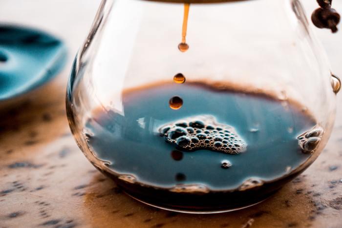 コーヒーは時間が経つと酸化して、風味が落ちてしまいます。特に温度が高いほど酸化しやすくなるんです。だから、ホットコーヒーを水筒に入れて持ち歩くとまずく感じてしまうんです。
