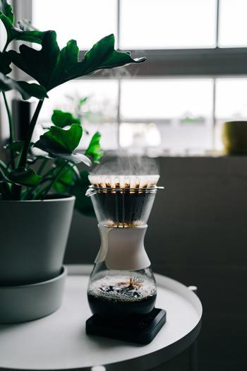 コーヒーを美味しい状態でキープするには、酸化をなるべく防ぐのがコツです。高い温度で酸化が進んでしまうので、なるべく温度を下げるようにします。