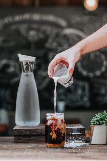 コーヒーフレッシュは油分でできています。油も酸化してしまう原因に。水筒で持ち歩く場合は、コーヒーフレッシュを使わないようにしましょう。また、ミルクを入れたコーヒーも長時間持ち歩くのには不向きなので、可能であれば飲む直前に入れましょう。