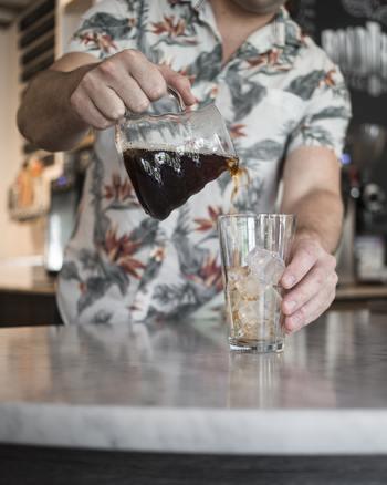 お湯でドリップしたコーヒーを冷やせばアイスコーヒーができますが、一度でも温度を上げたコーヒーは酸化しやすくなります。一度も温度を上げない水出しコーヒーなら、さらに美味しさをキープできるんです。