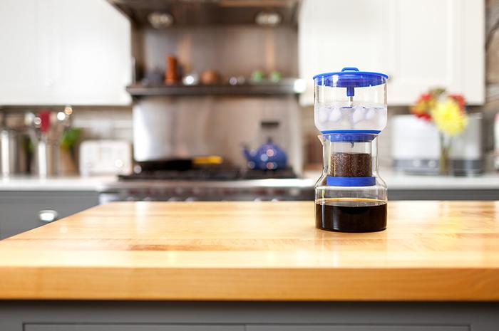 水を入れて待つだけで、水出しコーヒーができる「bruer (ブルーアー)」のスロードリップ抽出器。濃さの調整もできるので、おいしいアイスコーヒーが気軽にできるんです。