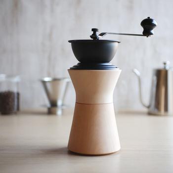 美味しいコーヒーを淹れるには、まずは豆を挽くところから。モクネジのコーヒーミルは、木のあたたかみが感じられるデザインです。手で挽く豆は格別ですよ。