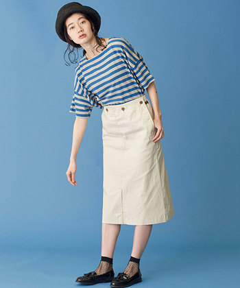 ウエストINがキマるマリンデザインのスカート。すっきりとしたタイトなラインで、ボリューミーなTシャツやブラウスとも相性抜群です。フロントの深スリットで足さばきも良好!