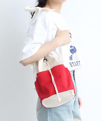 夏感漂うマリンな巾着バッグは、休日のカジュアルスタイルに持ってこい!鮮やかなレッドをセレクトして、手元にガーリーな明るさをプラス。