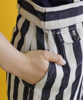 """""""ちょこん""""とした小さなボタンつきポケットがニクい!サイドにも深めのポケットがあってとっても便利。"""