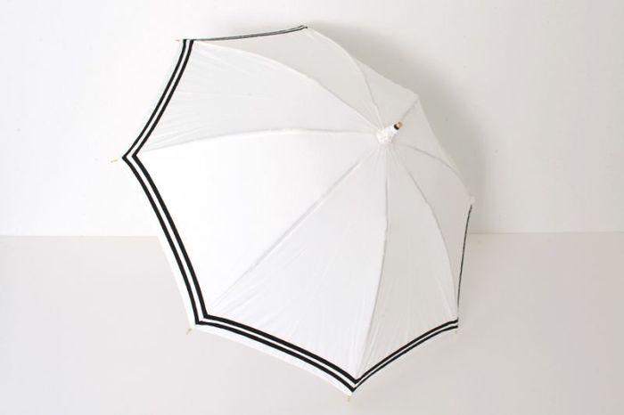"""傘を開くと広がる真っ白な""""こま""""。よどみのないその白さで、陽射しの下の表情を晴れやかに引き立てます。"""