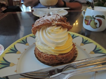 カスタードとバニラ、2種のクリームを用いた『シュークリーム』。