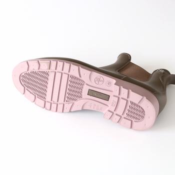 ソール部分が柔らかなピンクカラーなのが特徴。さりげなく女性らしさを引き立たせます。ゴワつきのない履き心地で、ソールには滑り止め防止に深い溝が付いているのが嬉しいですね。