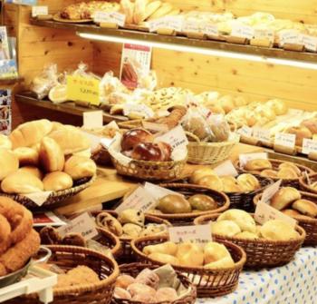 朝7:00前に行ってもたくさんの種類の石釜パンがずらりと並べられており、どれを選べばよいか迷ってしまいそう!