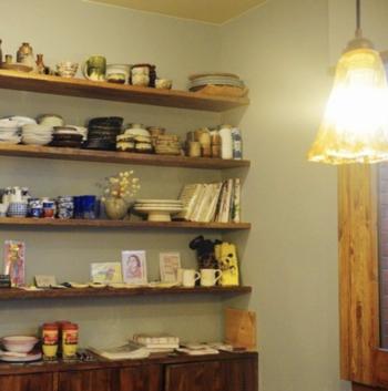 パン以外にもジャムや食器なども売られており、見応え抜群!(※棚にあるもの全てが売り物ではありません。)