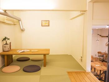 カウンター席、テーブル席、ソファ席、お座敷とあらゆる客層に対応できる店内は、木のぬくもりが感じられて落ち着いた雰囲気です。