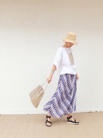 マドラスチェックが爽やかなマキシスカートは、ゆったりとしたトップスと合わせて涼やかに。天然素材のストローハットやバッグを合わせ、季節感のあるタウンコーデに仕上げています。