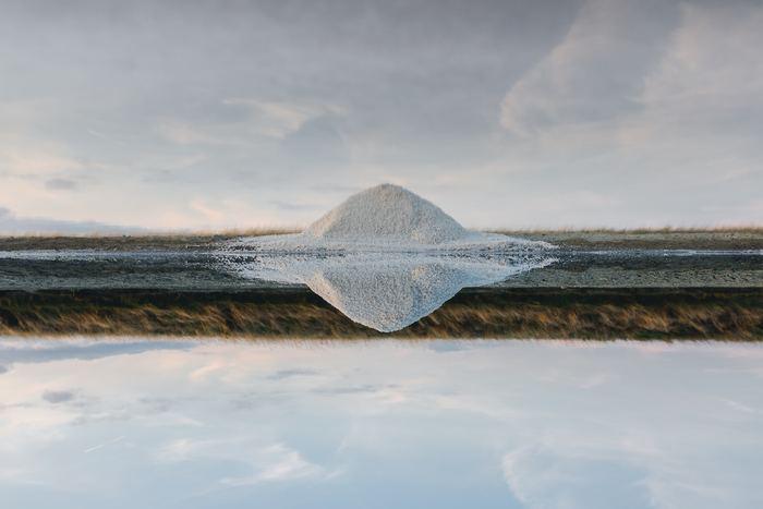 日本の歴史で塩が登場するのは、縄文時代の終わりから弥生時代の初めといわれています。では、最も古い塩の作り方はどんなものだと思いますか?日本ではじめて作られたのは、干した海草を焼いてその灰を塩(灰塩)としていました。