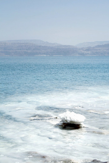 では、塩はどうやって作られているのでしょうか。 「海の恵み」ともいわれ、海水から作られているイメージが強い塩ですが、現在海水から作られる割合は世界で作られているお塩の25%~30%程度。