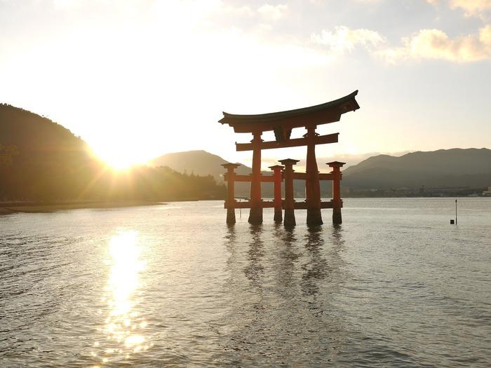 ここまでご紹介したのは、世界のお塩の原料の割合です。 日本で作られるお塩に関しては、海水から作るのがほとんど唯一の方法になります。  海水を自然に乾燥させる天日塩という方法と、濃度が高くなった海水を窯で水分を飛ばして作る煎ごう塩(せんごう塩)の2つの方法がありますが、日本のように煮詰めて塩を製塩するのはとても珍しいのだとか。