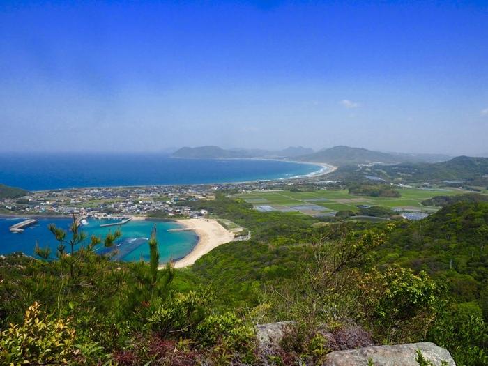 低山ながら糸島の自然風景を堪能できる立石山。山頂で現れる美しい芥屋海水浴場や、幣の浜の海岸線が織りなす絶景は、まるで一枚の絵画のようです。