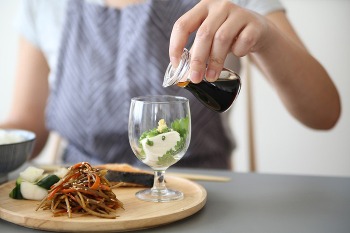 小さなワイングラスはワインを飲むだけではなく、お豆腐などを入れて見せる盛り付けに挑戦してみましょう。透明グラスは季節感を出す事もでき、食材を美味しく見せてくれます。そして高さも出す事ができるのでオススメです。