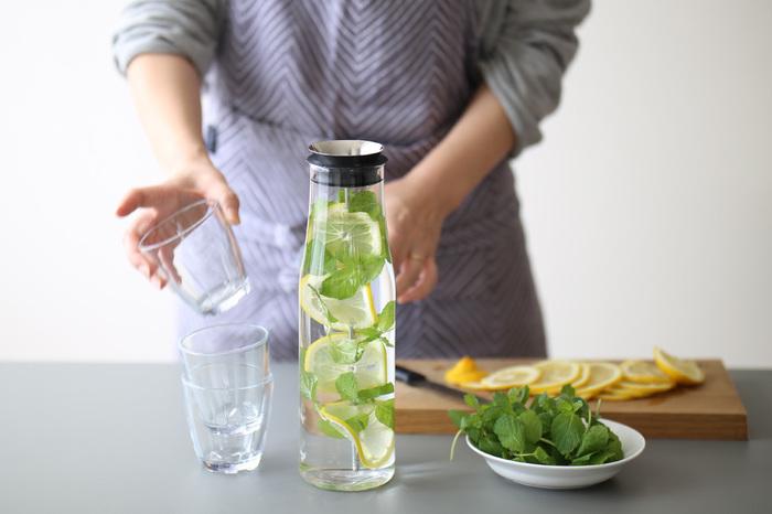 おもてなしの際に登場するカラフェ。中のお水にもレモンや柑橘類ハーブをプラス。この時期はさっぱり清涼感も味わえ、見た目も涼やかでオススメですよ。