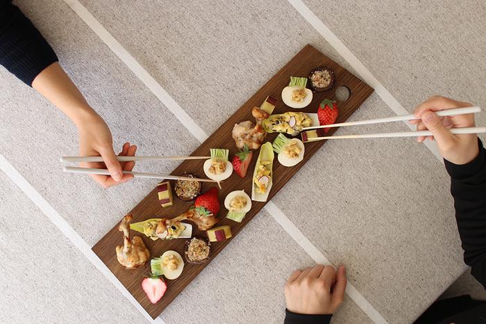 細長い木製のプレートはお料理を美味しく見せてくれ、和洋中様々なお料理に対応できる優れものなんですよ。野菜をパンに見たてたブルスケッタのようなも小さなおもてなしアイテムもご覧の通り♪食材を美味しそうに美しく見せてくれます。