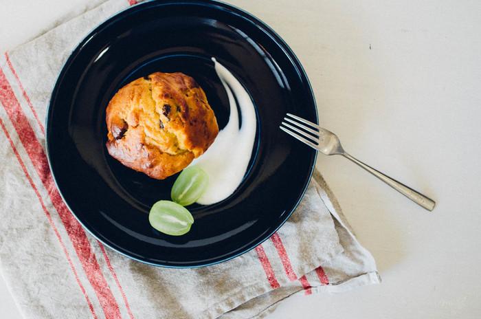 こっくりしたクリーム系のソースは、お皿の上にそっと垂らし、そのソースをスプーンの背ですっとなぞるとレストランでよくみる画像のような仕上がりを描く事ができます。