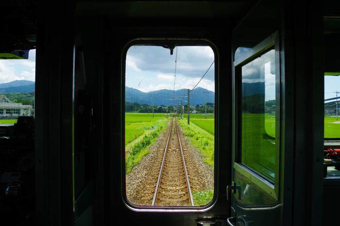 福岡空港から博多や天神を経由して糸島半島に行くことができます。地下鉄空港線の唐津行きや筑前前原行きに乗れば、1本で糸島半島にいけますよ。福岡市内から車であれば30分ほどですので、レンタカーを借りてもいいですね。