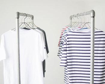 暑い夏のデイリーコーデに欠かせない「Tシャツ」。ボリュームパンツをシンプルにまとめやすいTシャツは、「白」「アースカラー」「ボーダー柄」がおすすめです。