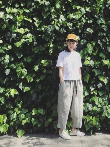無地の白Tシャツとボリュームパンツを合わせた、ボーイッシュな組み合わせ。さらにキャップ帽をアクセントに、ストリートな気分もプラス。