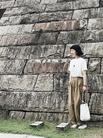 白Tシャツ×ベージュのボリュームパンツのベーシックスタイル。ボーイッシュなルーズ感も、ボトムスインすることで全体をすっきりコンパクトに見せています。