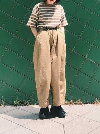 ベージュのボリュームパンツと同系色のボーダー柄Tシャツを合わせたフレンチシックなスタイリング。5分袖とボトムスのシルエットのふんわり感のバランスが絶妙です。
