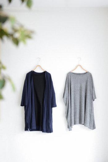 ウェスト部分からパンツ裾にかけて、大きく湾曲するシルエットがボリュームパンツの特徴です。そこにあえてお尻、または膝まですっぽり隠れるような「ロングトップス」と着こなすテクニックも◎トップス裾からちょっこっと覗くボリュームパンツの表情が新鮮です。