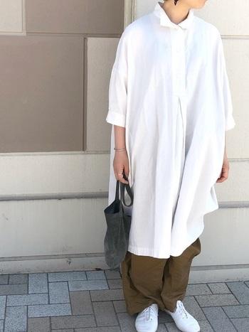 ゆったり感が心地よい、オーバーサイズのロングシャツワンピースとボリュームパンツのレイヤードスタイル。ボトムスのイージーなシルエットも加わり、よりこなれた装いに仕上げています。