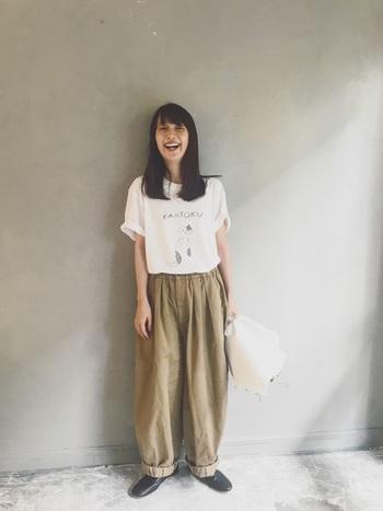 いつものパンツスタイルにマンネリを感じたら、「バルーンパンツ」を試してみてはいかがでしょうか。夏のシンプルな装いをアップデートしてくれますよ。
