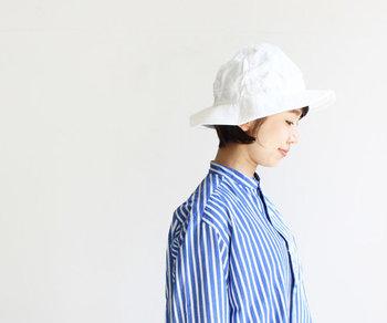 夏の日差しに映える「白い帽子」は、コーディネートに爽やかな印象をプラスしてくれます。今回は、《帽子のタイプ別》に大人のサマーハットコーデをご紹介します。